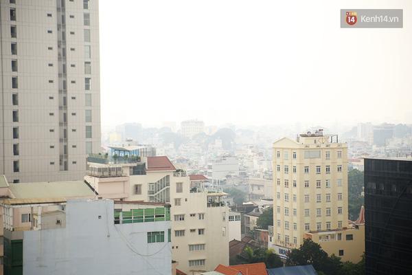 Hơn 12h30 trưa, lớp sương mù vẫn còn dày đặc bao trùm lên thành phố.