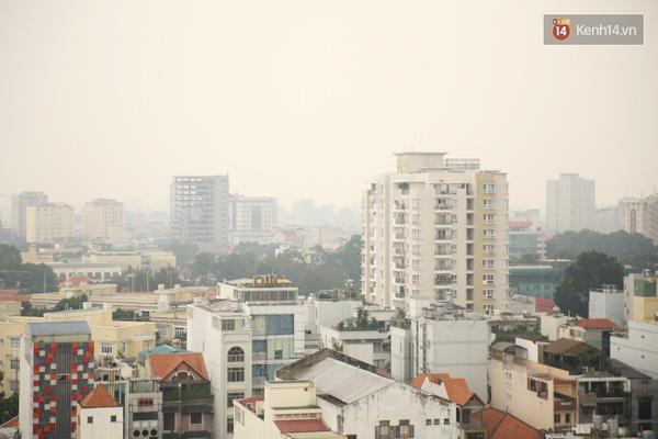 Đến gần 2h chiều, mù khô vẫn còn dày đặc tại khu vực Trung tâm.