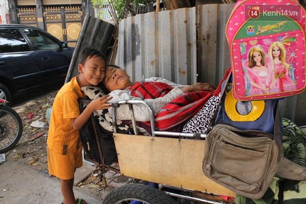Bé Nam rất thương mẹ, ngày nào em cũng ôm mẹ và giúp bố bán vé số.