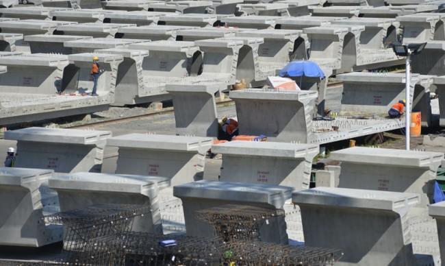 Hàng ngàn dầm cầu được đúc sẵn chờ ngày lắp đặt