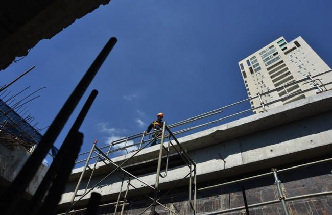 Công nhân làm việc tại công trường nhà ga Thảo Điền