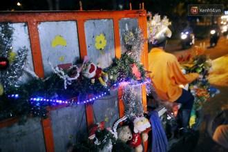 Giáng Sinh đã về trên thành phố, và trên mọi nẻo đường mà chiếc xe rác lấp lánh ánh đèn của anh Tuấn đi qua.