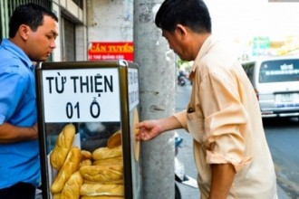 Một người lao động nghèo đến xin bánh mỳ từ thiện.