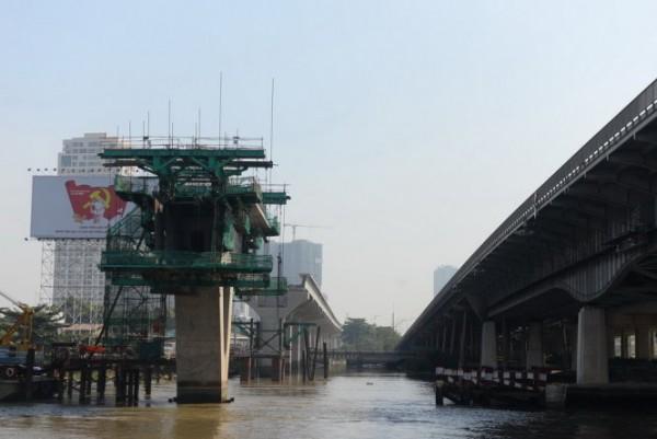 Nhịp dầm đầu tiên của cầu Metro Sài Gòn nối từ bờ quận Bình Thạnh và quận 2, TP.HCM qua sông sài Gòn. Ảnh: Hữu Khoa