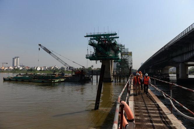 Cầu Metro được thi công song song với cầu Sài Gòn. Ảnh: Hữu Khoa