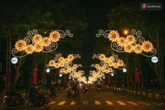 Đường Lê Duẩn được trang trí đèn hoa gần 2km từ Thảo Cầm Viên đi đến Dinh Độc Lập.