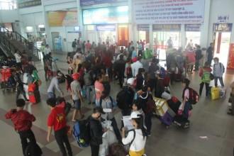 Sáng 29-1, đông đảo người dân đến ga Sài Gòn để về quê ăn tết - Ảnh: Đức Phú
