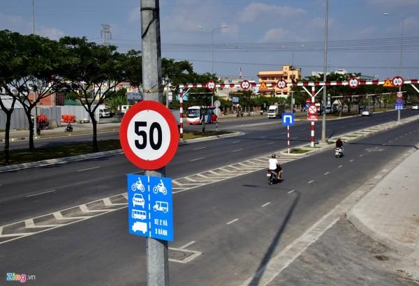Đại lộ Võ Văn Kiệt đoạn từ hầm Thủ Thiêm (quận 1) đến quốc lộ 1A (huyện Bình Chánh) hiện có 3 mức biển báo tốc độ 40-50 và 60km/h cho làn xe hai, ba bánh và 4 bánh. Đoạn từ giao lộ với quốc lộ 1 đến cầu Lò Gốm biển báo hạn chế tốc độ dưới 50 km/h cho làn xe 2, 3 bánh.
