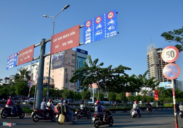 Trong khi đó, trên tuyến đường Điện Biên Phủ, cửa ngõ phía đông ra vào thành phố, đoạn từ chân cầu Sài Gòn đến cầu Điện Biên Phủ đông đúc xe cộ nhưng hai làn xe máy có thể chạy tốc độ tối đa đến 50 km/h.