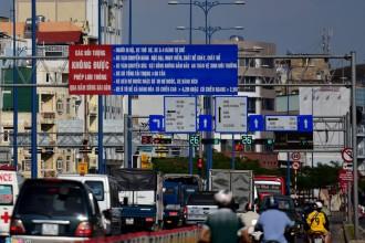 Tại nhiều tuyến đường, cầu giao cắt với đại lộ Võ Văn Kiệt, nhiều biển báo chi chít chữ, tài xế không thể đọc nổi. Hàng loạt biển báo giao thông bất hợp lý ở Sài Gòn