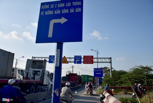 Tại nút giao thông đường Đồng Văn Cống - Mai Chí Thọ (quận 2), xe máy từ đường Đông Văn Cống muốn đi về đường hầm sông Sài Gòn phải rẽ phải xuống gầm cầu Giồng Ông Tố. Tuy nhiên, khu vực này không có bảng hướng dẫn từ xa, chỉ có bảng hướng dẫn đặt ngay nơi rẽ phải nên rất nhiều người lần đầu đi qua đây không kịp quan sát, chạy quá đường phải quay đầù trở lại.