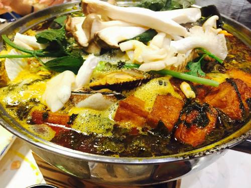 Lẩu ốc được ăn kèm với các loại rau, nấm, đậu hũ chiên... Ảnh: Thảo Nghi