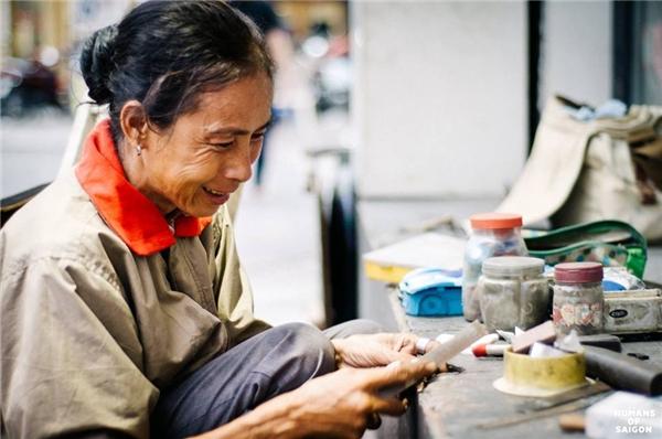 Người phụ nữ tảo tần bên xe sửa chìa khóa – cái nghề tưởng rằng chỉ có đàn ông mới làm được. (Ảnh: Humans of Saigon)
