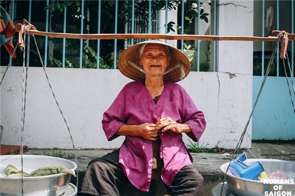 Là nụ cười vô tư đến nao lòng của cụ bà bên gánh hàng rong. (Ảnh: Humans of Saigon)