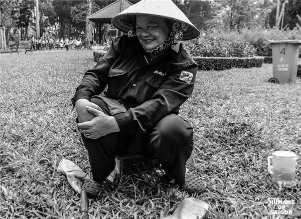 Là phút nghỉ ngơi dưới cái nắng Sài Gòn gay gắt của cô công nhân vệ sinh. (Ảnh: Humans of Saigon)