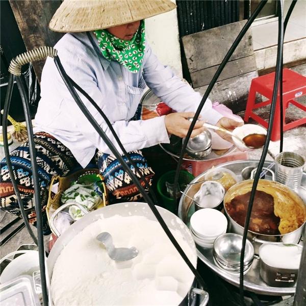 Là cô bán đậu hũ, vì lo cho sức khỏe khách hàng mà không dùng chén nhựa bao giờ. (Ảnh: Humans of Saigon)