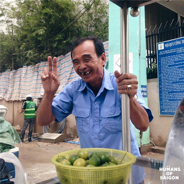 """""""Có ở trong ruột mình buồn chứ bên ngoài cười giỡn thoải mái vậy á. Có ai biết mình vui đâu, ai biết mình buồn đâu. Thành ra nó già mãi không trẻ luôn á"""" – lời tâm sự của bác bảo vệ vui tính làm buổi trưa Sài Gòn bớt oi ả … (Ảnh: Humans of Saigon)"""