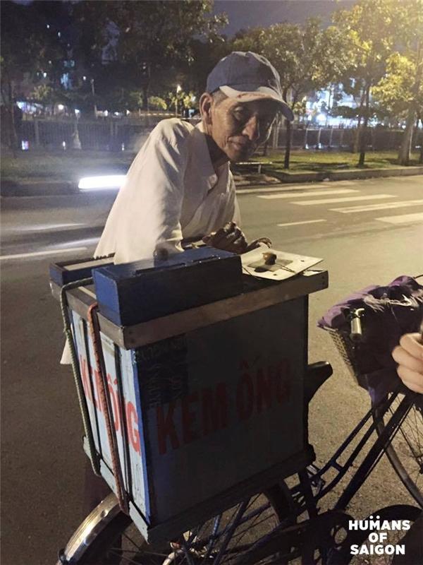 Trời Sài Gòn sao còn làm mưa, để đường phố đột nhiên lạ lẫm vì vắng xe kem nhỏ của ông cụ? (Ảnh: Humans of Saigon)