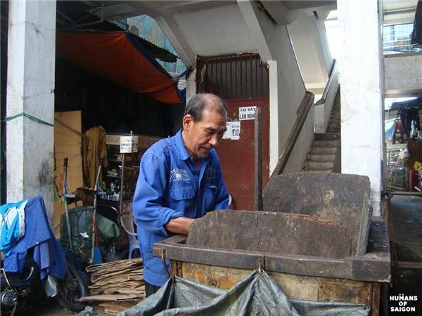 Có những con người có tuổi đời hơn nửa thế kỉ nhưng vẫn nặng gánh mưu sinh mỗi ngày. (Ảnh: Humans of Saigon)