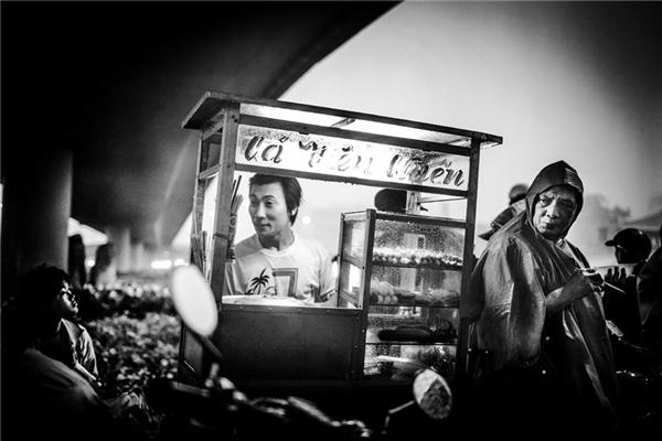 Một góc nhỏ Sài Gòn – nơi con người ta tựa vào nhau mà sống nhưng vẫn rực sáng sự lạc quan. (Ảnh: Neil Massey)