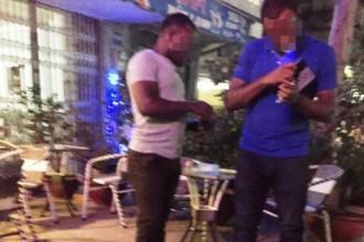 """Hai gã gốc Phi đứng đường đợi """"khách"""" Ảnh: LÊ PHONG"""