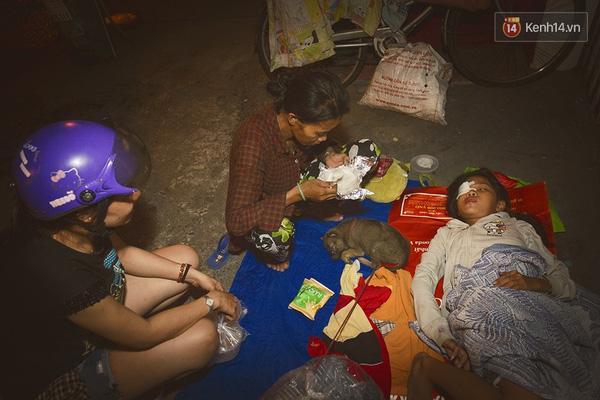 Nhiều hoàn cảnh khó khăn, bệnh tật nhưng không đủ điều kiện để vào viện phải nằm lay lắt trên vỉa hè. Trường hợp của gia đình chị Hạnh ở Tuy Phong (Bình Thuận) là một điển hình, con gái chị bị hư con mắt bên phải, nhưng gia đình nghèo khó không đủ điều kiện để đưa em vào viện chữa trị.