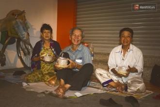 Đã hơn 1h đêm, các phần cháo đã hết, nhóm của Hoàng Nhân chia tay nhau trở về nhà để chuẩn bị cho một ngày mới sắp bắt đầu. Những người vô gia cư vẫn ngồi đó, co ro dưới cái lạnh se se của thành phố những ngày cận tết và thao thức với mối lo về miếng cơm manh áo. Ở Sài Gòn, người ta chẳng bao giờ thấy thành phố này ngủ.