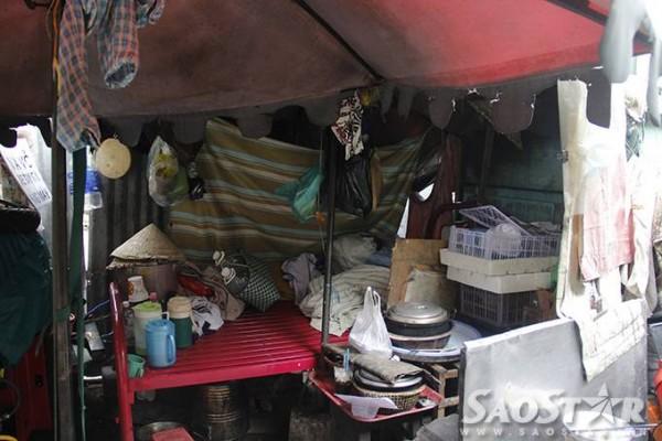Bên trong căn lều, chiếc giường là nơi ngủ của bà Trắng vừa là nơi để đồ đạc.