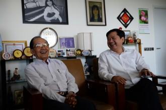 Bí thư Thành ủy Đinh La Thăng (phải) thăm và chúc mừng BS Trần Đông A nhân ngày Thầy thuốc Việt Nam - Ảnh THUẬN THẮNG.