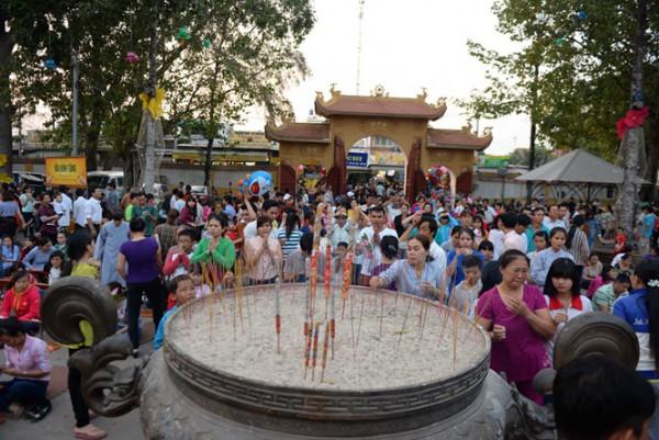 Hàng trăm người dân về chùa Hoằng Pháp niệm phật