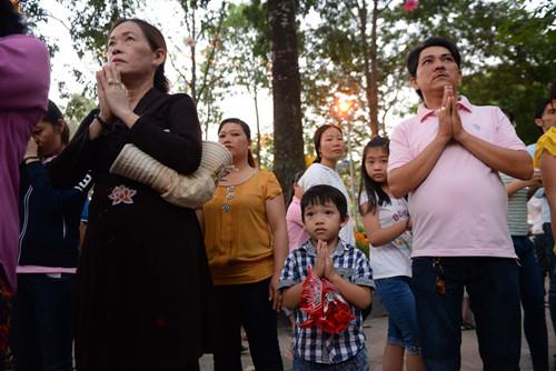 Nhiều gia đình đến chùa cầu an