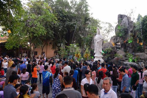 Người dân tập trung đông cầu an trước tượng Quan Thế âm bồ tát