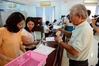 Người dân làm thủ tục giấy phép lái xe quốc tế tại Phòng quản lý và sát hạch lái xe số 252 Lý Chính Thắng, Q.3, TP.HCM sáng 25-2.