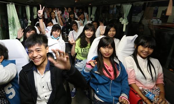 Hơn 60 học sinh trường THPT Dân Tộc nội trú Huyện Trà Cú, tỉnh Trà Vinh 5g40 sáng đã có mặt tại ngày hội - Ảnh: Như Hùng.
