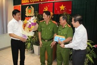 Bí thư Thành ủy Đinh La Thăng và Chủ tịch UBND TP HCM tặng hoa, quà chúc mừng thành tích của Công an quận 1.