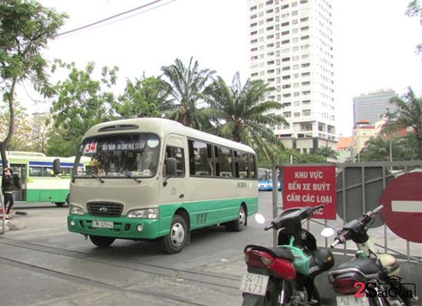 Toàn bộ phần công viên từ đường Tôn Thất Tùng đến vòng xoay đường Cống Quỳnh đã bị biến thành bến bãi xe buýt, mỗi ngày có đến hàng trăm xe buýt vào ra.