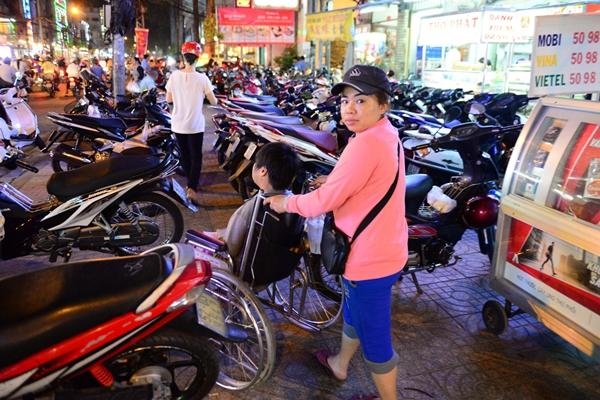 Đường Nguyễn Tri Phương đoạn gần ngã tư Nguyễn Tri Phương –Trần Hưng Đạo, xe máy đậu chiếm hết lề đường - Ảnh: Thanh Tùng.