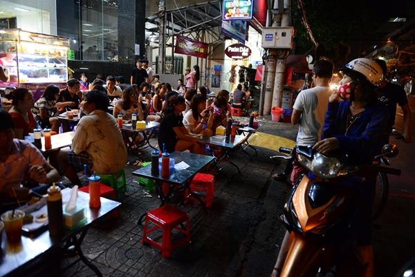 Người dân đậu xe trên đường Nguyễn Trãi, Q. 5 tối 28 -2 - Ảnh: Thanh Tùng.