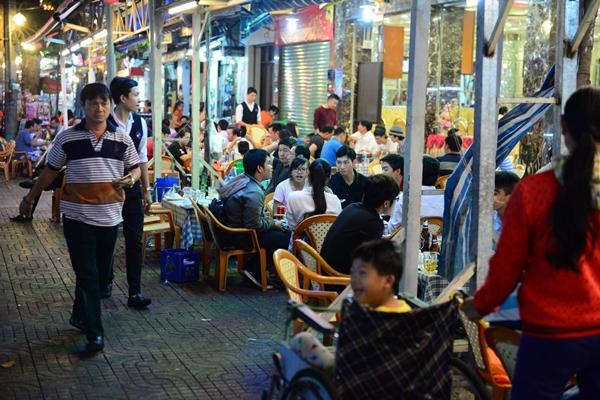 Đường Nguyễn Tri Phương đoạn gần cầu Nguyễn Tri Phương có một dãy liên tiếp các quán nhậu bày bán trên lề đường - Ảnh: Thanh Tùng.