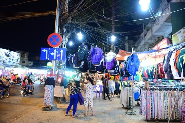 """Lề đường Trần Phú, Q. 5 thành """"quảng trường"""" bán quần áo - Ảnh: Thanh Tùng."""
