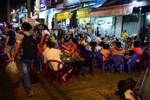 Một góc lề đường trên đường Trần Phú, Q. 5 thành vô số bàn liên hoan - Ảnh: Thanh Tùng.