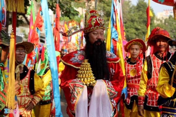 Lễ hội mang ý nghĩa đón mừng đêm trăng tròn đầu tiên trong năm để cầu mong mưa thuận gió hòa, quốc thái dân an.  Người Hoa sống ở Sài Gòn ra đường diễu hành