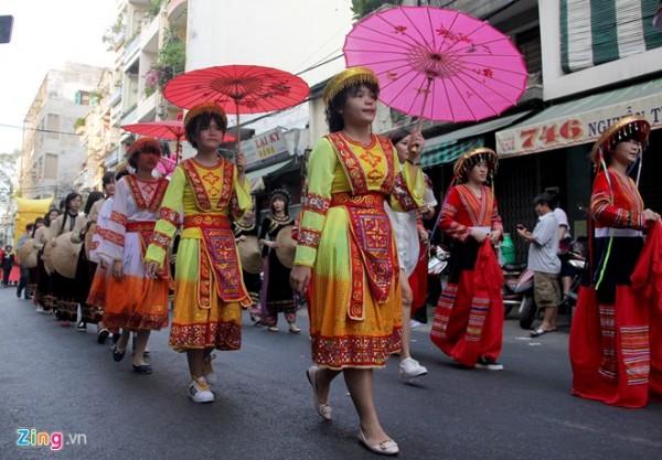 Thiếu nhi trong trang phục dân tộc biểu diễn các điệu múa truyền thống.