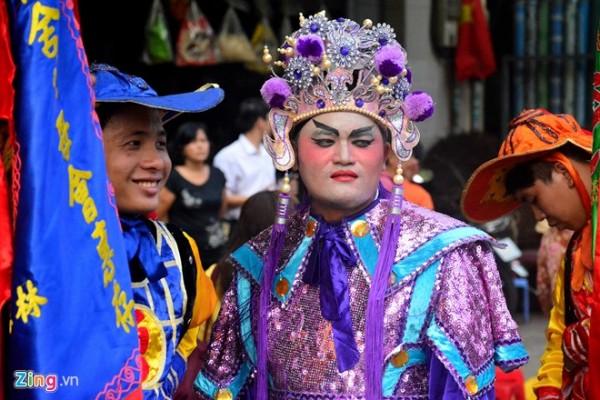 Các đoàn lân sư rồng nổi tiếng cũng góp mặt như Nhơn Nghĩa Đường, Hằng Anh Đường, Phước Anh Đường, Kim Long Phước Kiến. Ở mỗi đoạn, đoàn múa lân múa rồng dừng lại biểu diễn khoảng 2-3 phút.