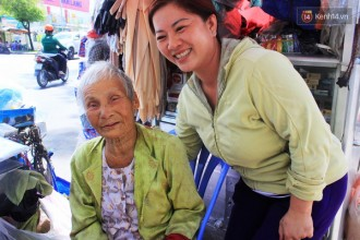 Cụ bà hạnh phúc đến rơi nước mắt khi biết mình có cơ hội trở về thăm quê hương trước khi nhắm mắt.