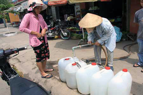Người Sài Gòn đối diện với nguy cơ thiếu nước. Ảnh: K.C