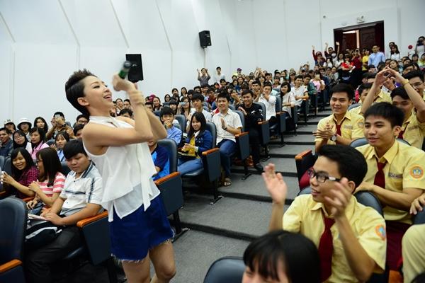 Ca sĩ Tóc Tiên mang đến không khí tưng bừng ngày hội tư vấn tuyển sinh tại Trường ĐH Bách Khoa (ĐHQG TP.HCM) sáng 28/2 - Ảnh: Quang Định.