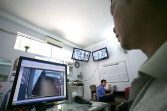 Giám thị quan sát camera ghi hình các góc khuất tại một trường học ở TP.HCM - Ảnh: N.Hùng.