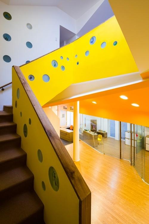 Ngoài cầu thang nhỏ ngoài trời, trong nhà cũng có lối lên xuống chắc chắn, an toàn cho trẻ. Dọc đường lên được trang trí những ô tròn có hình chuồn chuồn xinh xinh.