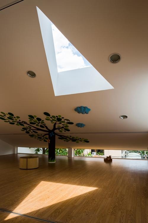 Trong nhà có nhiều khoảng lấy sáng thú vị và bất ngờ như khối hình tam giác trên mái hay những ô tròn nhỏ trên tường, ô kính dài sát mái.